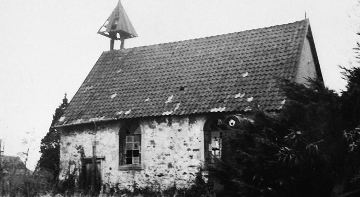 Selbstverständlich wird auch die Klus auf dem Ortsspaziergang besucht, wo die Teilnehmer allerlei Wissenswertes über das zweitälteste Gotteshaus der Stadt erfahren. (Foto: Archiv Militzer)