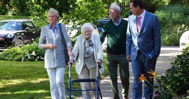Die 103jährige Katharina Menning (mit Rollator) hat Eckart Hirschhausen auch bei sich zuhause empfangen. Hier begleitet er sie zum Kaffeeklatsch.