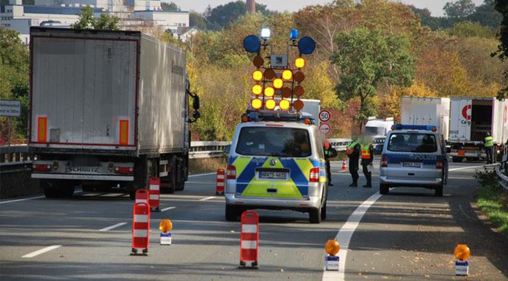 Im Verlauf des letzten Jahres kam es auf Bundesautobahnen und Kraftfahrstraßen wiederholt zu schwersten Verkehrsunfällen unter Beteiligung von Fahrzeugen des gewerblichen Personen- und Güterverkehrs. Harter Konkurrenzdruck und ein geringes Entdeckungsrisiko veranlassen Unternehmer und Fahrer häufig dazu, sich leichtfertig über einschlägige Gesetzesvorschriften hinwegzusetzen. Gerade diesen Personenkreis hatte die Polizei am Donnerstag (27.9.) in der Zeit zwischen 08:00 Uhr bis 14:00 Uhr auf der Umgehungsstraße (B239 / B61) in Richtung der Straße Füllenbruch im Fokus. Insgesamt waren Beamte des Verkehrsdienstes der Polizei Herford und Minden-Lübbecke, ein Sachverständiger für das Kraftfahrzeugwesen und das Hauptzollamt Bielefeld bei den Kontrollen beteiligt. Das Veterinäramt/Lebensmittelüberwachung und das Amt für Abfallwirtschaft des Kreises Herford richteten für den Bedarfsfall eine Rufbereitschaft für die Einsatzdauer ein. 88 Kraftfahrzeuge wurden überprüft, darunter waren Lkw, Pkw und Traktoren. Es wurden zahlreiche Verstöße festgestellt: - 2 Fahrzeuge waren nicht korrekt versteuert - 6 Fahrzeugführer hatten die Ladung unzureichend oder gar nicht gesichert - 3 Fahrzeuge wurden wegen Problemen mit der Bremsanlage aus dem Verkehr gezogen - 6 Fahrzeuge hatten geringe technische Mängel, durften aber die Fahrt fortsetzen - An einem Fahrzeug war eine falsche Umweltplakette angebracht worden. Hier wurde eine Strafanzeige wegen Urkundenfälschung gefertigt - Insgesamt 21 Anzeigen wegen Verstößen gegen Lenk- und Ruhezeitenregelungen wurden gefertigt - 1 Anhänger war mit einer Bohrstation völlig überladen und musste stehen bleiben - 22 Fahrzeugführer hatten während der Fahrt telefoniert - 8 Fahrzeuginsassen waren nicht angeschnallt - 1 Fahrzeug wurde ohne vorderes Kennzeichen bewegt - 1 überlanger Baukran wurde ohne Genehmigung transportiert. Dieser Fahrer wurde ursprünglich herausgewunken, weil er sein Handy als Navigationsgerät nutzte und in der Hand hielt. Die Fahrt ende
