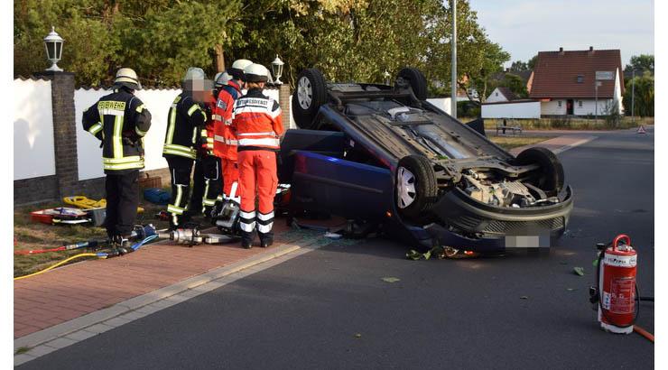 m Montagabend (17.9.) gegen 18:40 Uhr fuhr eine 78-jährige Löhnerin mit einem Ford Fiesta auf der Bertolt-Brecht-Straße vom Brockäckerweg kommend in Richtung Werster Straße. Auf Höhe eines Verbrauchermarktes griff sie nach einem Gegenstand im Fußraum, verlor die Kontrolle über das Auto und kam nach links von der Straße ab. Durch die Kollision mit einem Baum kippte das Fahrzeug über die rechte Seite auf das Dach, wobei die Fahrerin leicht verletzt wurde. Nach dem die alarmierte Feuerwehr die Frau aus dem Wrack befreite wurde sie zur ambulanten Behandlung in ein Krankenhaus gebracht. Das beschädigte Auto musste geborgen und abtransportiert werden. Der Sachschaden beläuft sich auf circa 8.000 Euro. Die Bertolt-Brecht-Straße musste für die Dauer der Unfallaufnahme voll gesperrt werden.