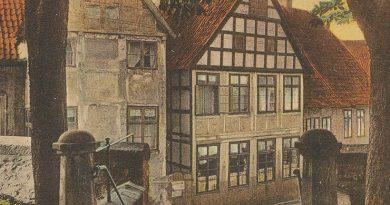 Ein Bild aus längst vergangenen Tagen. Blick über die ehemalige Kirchhoftreppe auf die Häuser Rahning und Dahlkötter, dem heutigen Standesamt an der Bahnhofstraße.