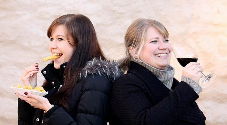 Ljudmila Morasch und Pia Loose präsentieren die besonderen Stadtrundgänge.