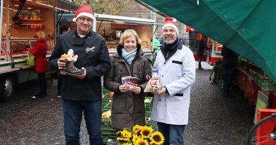 Der Nikolaus macht Halt auf dem Wochenmarkt