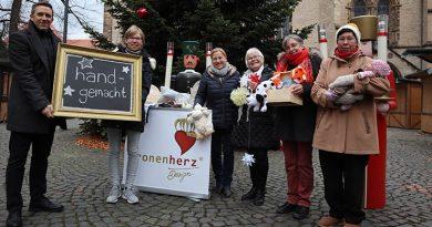 ber handgemachtes auf dem Weihnachtslicht freuen sich Frank Hölscher, Maxime Bethke (beide Pro Herford) sowie die Kunsthandwerkerinnen Helga Voigt, Karla Becker, Christa Neumann, Monika Friese.