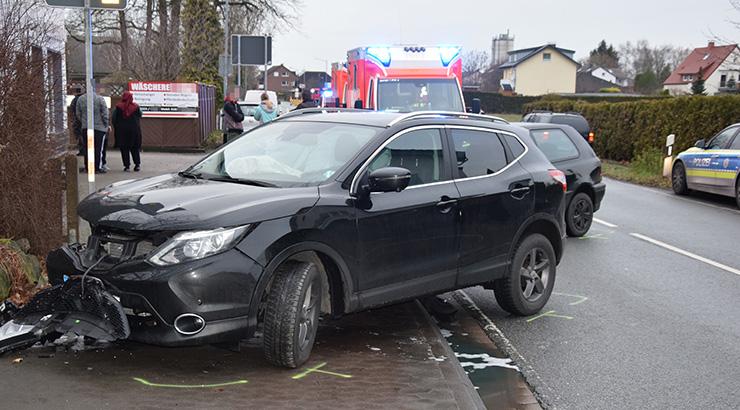 Auto beim Abbiegen übersehen - Drei Personen verletzt
