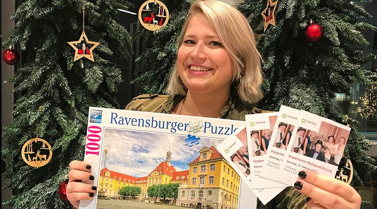 Pia Loose von der Pro Herford präsentiert das besondere Angebot zum verkaufsoffenen Sonntag in der Tourist-Information.