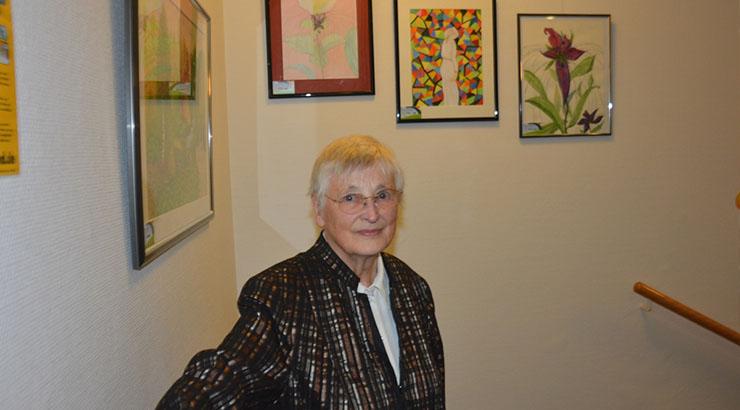 Die Ausstellung von Helga Dyck ist noch bis zum 7. Februar im Treppenhaus des Herforder Kreishauses in der Amtshausstraße 3 zu sehen. Das Kreishaus ist montags bis mittwochs von 7.30 bis 17.30 Uhr, donnerstags von 7.30 bis 18 Uhr und freitags von 7.30 bis 13 Uhr geöffnet. Foto: Künstlerin Helga Dyck möchte mit ihrer Ausstellung im Kreishaus den NCL-Gruppe-Deutschland e.V. unterstützen.