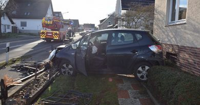 Am Samstagmittag (19.01.) geriet ein Kleinwagen auf der Bültestraße aus bislang ungeklärten Gründen von der Fahrbahn ab. Das Fahrzeug schleuderte in einen Vorgarten, bevor es mehrere Meter Zaun zerstörte. Der 37-jährige Fahrer aus Löhne blieb unverletzt, die Airbags lösten aus. Der Schaden beträgt etwa 15.000.- Euro.
