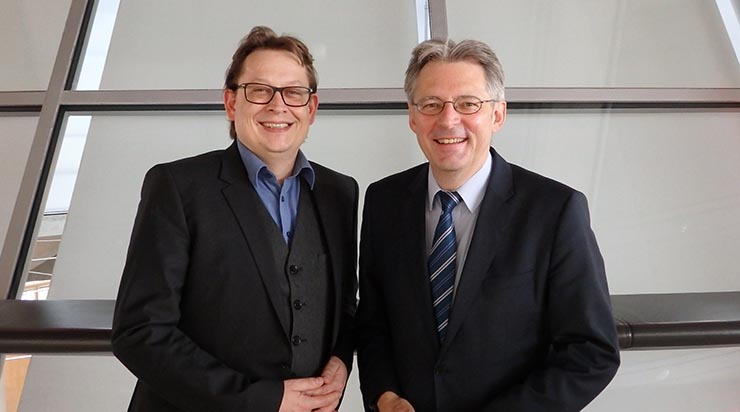 Stefan Schwartze und Achim Post freuen sich über Durchbruch in Verhandlungen Die finanziellen Forderungen an Bürgen, die vor August 2016 Verpflichtungserklärungen für syrische Bürgerkriegsflüchtlinge unterschrieben hatten, werden übernommen.