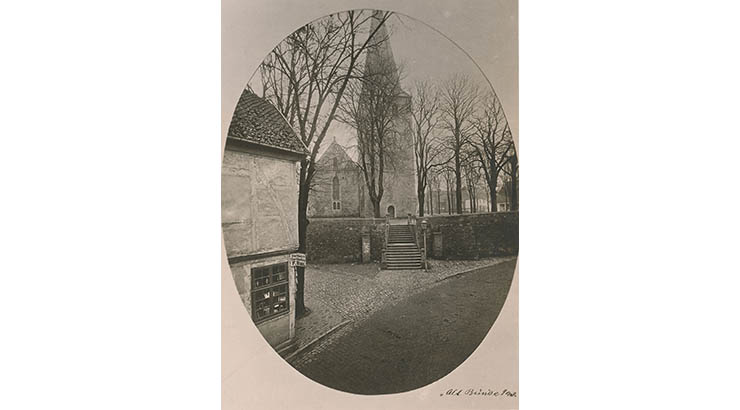 Abbildung 2019-03-06-Liebe-Kleinstadt.jpg: Mit dieser Aufnahme des alten Treppenaufganges zur Laurentius-Kirche warb Karl Paetow schon im Jahre 1955 für seinen Vortrag in der Aula des damaligen Jungen-Gymnasiums. (Abbildung: Archiv Militzer)