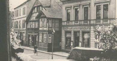Ein Bild aus längst vergangenen Tagen. Blick über die Kirchhoftreppe auf die Häuser (von rechts nach links) Schünemann, Pollner und den Ravensberger Hof, die allesamt der Innenstadtsanierung ab den 1960er Jahren weichen mussten. (Foto: Stadtarchiv)