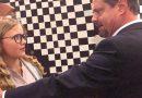 """Kirchlengern. Das neue Theaterstück mit dem Titel """"Die ihr Ende entschieden"""" des Jungen Theaters Kirchlengern wird am Sonntag, 31.März 2019 um 16 Uhr (Einlass ab 15.30 Uhr), im Forum der Erich Kästner-Gesamtschule Kirchlengern aufgeführt. Die Kartenreservierung und Organisation erfolgt über die Gemeindebücherei Kirchlengern unter der Telefonnummer 05223/7573470. Der Eintritt für Erwachsene kostet 5 € (ermäßigt 2,50 €). Zum Inhalt: Die mit der Entwicklung auf der Erde unzufriedenen Engel im Himmel haben es schon vorgebetet: Ein verheerender Sturm soll über den britischen Inseln wüten. In den tiefen Wäldern der schottischen Highlands liegt eigebettet ein altes Hotel, in dem im Jahre 2038, im digitalen Zeitalter, die Uhr stehengeblieben zu sein scheint. Ausgerechnet hier strandet die wohlhabende Lady Rachel mit ihrem schlitzohrigen Butler, die mit einem Oldtimer nach Inverness unterwegs sind. Auch die junge Erzieherin Joy, die gemeinsam mit ihrer 13-jährigen Schutzbefohlenen Julianne aus einem Kinderheim in Newport zu einem illegalen Road Trip aufgebrochen ist, rettet sich vor dem Sturm in der Spelunke. Dass irgendetwas mit den 4 jungen Leuten, die die Kaschemme betreiben, nicht stimmt, wird schnell klar. Als dann auch noch ein ominöses Ehepaar die Nacht dort verbringen möchte, kommt es zu unheimlichen Entwicklungen, in denen bald Gut und Böse verschwimmen. """"Worauf ist meine Skrupellosigkeit zurückzuführen? Vielleicht auf die Zigarettenkippen-Narben auf meinem Handrücken, die mir Mitschüler in den Pausen zugefügt haben?"""" Sätze wie dieser lassen darauf schließen, dass es im neuen Theaterstück des Jungen Theaters Kirchlengern mal wieder härtere Kost gibt. Es sind 4 Handlungsstränge, die in dem alten Hotel im fernen Schottland zu einem Ganzen verschmelzen. Und schon bald ist klar, dass es hier nichts gibt, was nicht in Frage gestellt wird. Natürlich gibt es beim Jungen Theater auch wieder jede Menge Komik. So mimt Esper Youssef den ewig nach Geld und Liebe dürstenden Butl"""