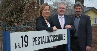 Freuen sich über die neue Trägerschaft: v. l. Schulleiterin Anette Mühlenmeier, Landrat Jürgen Müller und Beigeordneter der Stadt Bünde Günther Berg.