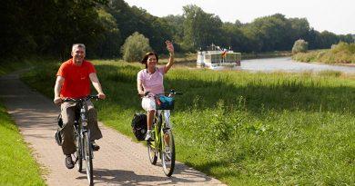 """Radfahrer am Weser-Radweg """"obs/Weserbergland Tourismus e.V."""""""