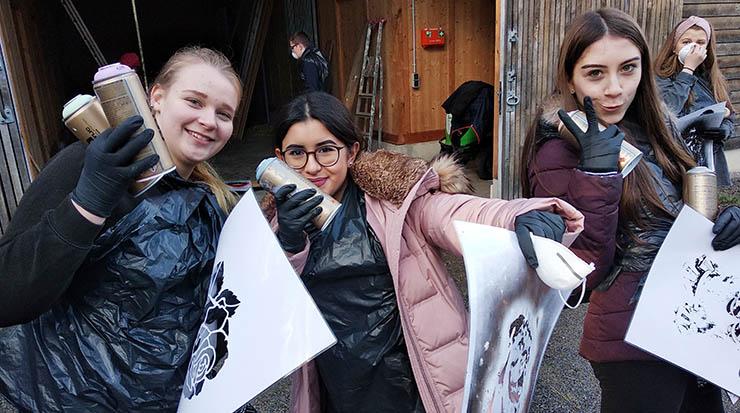 Kinderkulturprojekt auf Gut Bustedt:Die Kinder und Jugendlichen konnten gemeinsam die Gestaltung mit Sprühfarben ausprobieren Gruppe: Schülerinnen und Schüler aus unterschiedlichen Schulklassen von Stufe 1 bis 9 haben gemeinsam auf Gut Bustedt kreativ gearbeitet. Farbe für alle: Die Kulturvision einer Gruppe: Farbe für alle. Am besten in Form einer eigenen Graffiti-Wand.