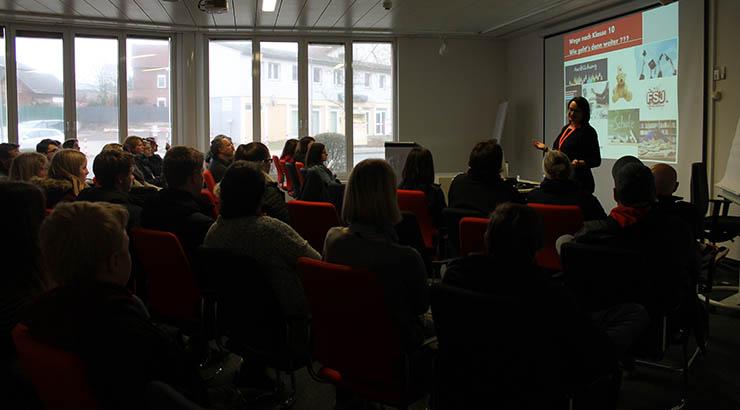 """Foto: Die Besucherinnen und Besucher lauschen dem Vortrag der Berufsberatung zum Thema """"Wege nach Klasse 10""""."""