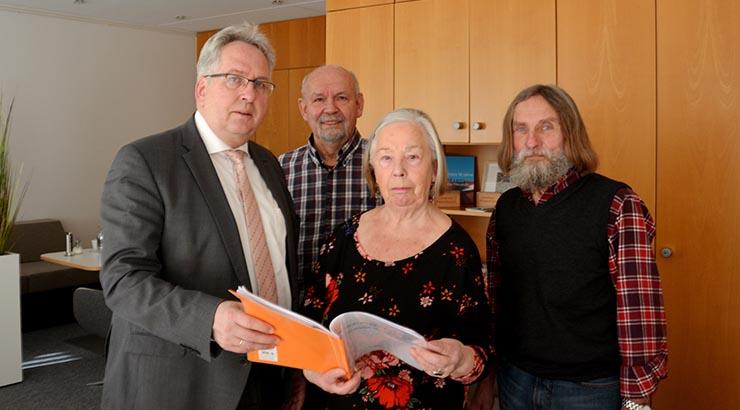 V.l. Landrat Jürgen Müller hat Unterstützung zu gesagt. Friedel Böhse, Helga Kohne und Wolf Müller überreichen ihm die gesammelten Unterlagen, um einen Verdienstordensentzug prüfen zu lassen.