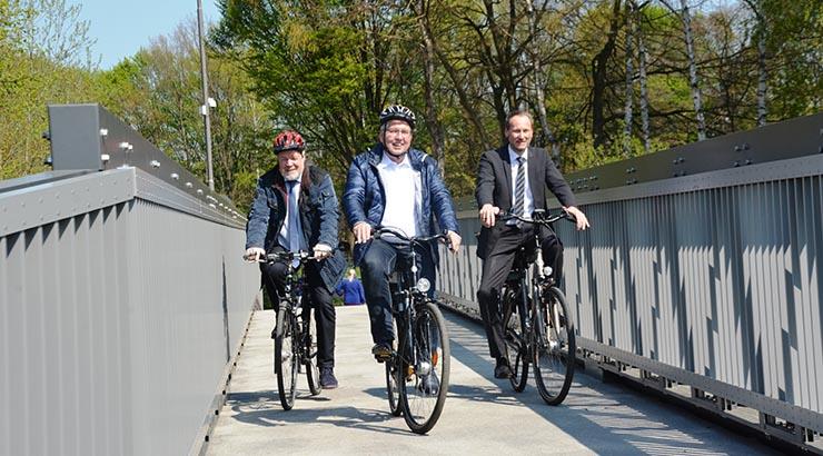 Haben die neue Elsebrücke in Kirchlengern offiziell eröffnet und dann auch noch mit dem Rad überquert: Landrat Jürgen Müller, und die Bürgermeister Rüdiger Meier (Kirchlengern) und Bernd Poggemöller (Löhne)