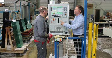 Flachglastechnologe und ehemaliger Auszubildender des Betriebs, Jan Luca Erdmann, gemeinsam mit Chef Werner Vogelsang.