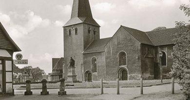 """Nicht nur das älteste Gebäude in der Zigarrenstadt hat viele Veränderungen in seinem rund """"tausendjährigen"""" Leben erfahren, sondern auch das direkte Umfeld – hier nahezu ohne jeden Baumbestand – hat mehrfach Aussehen und Nutzung geändert."""