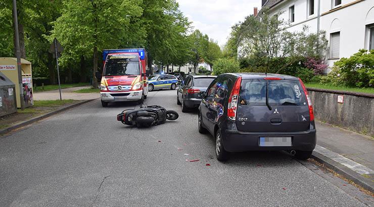 Rollerfahrer fährt in parkenden PKW