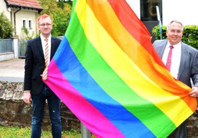 Foto: Carsten Arndt-Mittelberg und Landrat Jürgen Müller bereiten das Hissen der Regenbogenfahne vor.