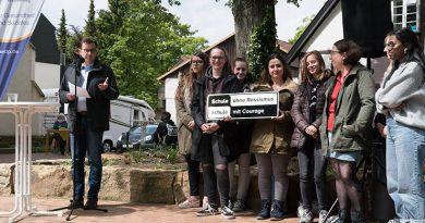 Schule mit Courage: Pate Michael Krause spricht ein Grußwort zur Verleihung des Siegels