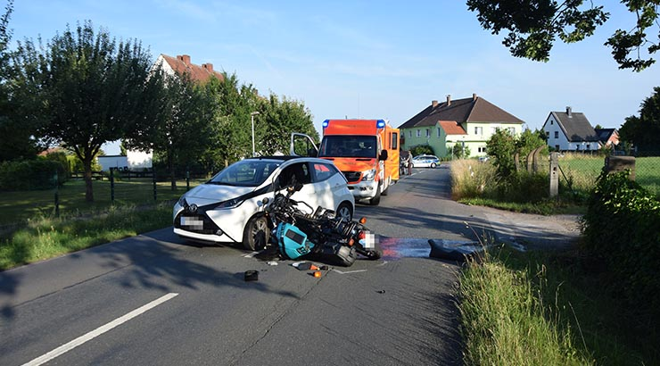 PKW und Motorrad kollidieren