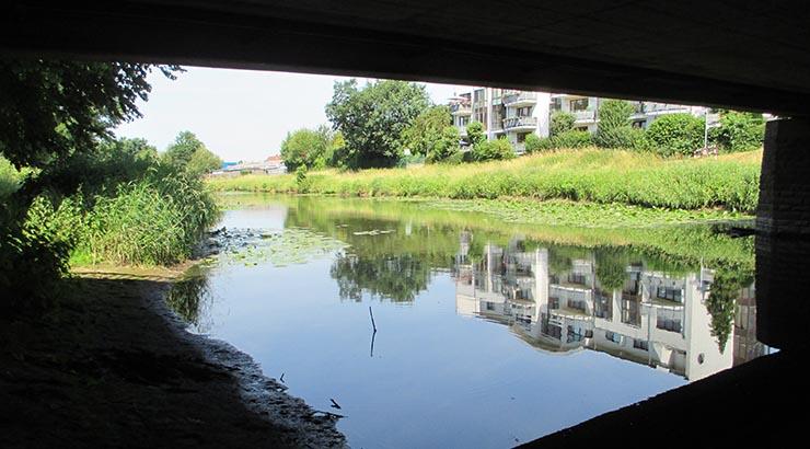 Die Messstellen an der Else nach Gülleunfall: An der Autobahnbrücke in Rödinghausen-Bruchmühlen (Osnabrücker Straße) und an der Eschenbrücke in Bünde (Lübbecker Straße) haben Mitarbeiter der Unteren Wasserbehörde des Kreises heute Gewässerproben entnommen.