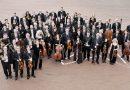 """Nach dem großen Erfolg in 2014 verbinden sich erneut zwei legendäre Klangkörper zu einem außergewöhnlichen Musikerlebnis auf höchstem Niveau: Jazz- und Filmmusiklegende Klaus Doldinger trifft mit seiner Band """"Passport"""" zum zweiten Mal auf die Nordwestdeutsche Philharmonie. Die Städte Bad Salzuflen, Bielefeld, Gütersloh, Herford, Höxter und Paderborn bringen damit das """"Symphonic Project OWL – Phase 2"""" auf den Weg. Vom 10. bis zum 16. Oktober 2019 tourt das namhafte Projekt durch die sechs Städte in Ostwestfalen-Lippe. Unter dem baskischen Dirigenten Enrique Ugarte entwickelt sich eine erstklassige Synthese aus Jazzrock und Orchestermusik. Zu hören sind berühmte Soundtracks unter anderem zu """"Tatort"""", """"Liebling Kreuzberg"""" oder """"Salz auf unserer Haut"""", eine Auswahl an """"Passport""""-Titeln sowie beeindruckende Kompositionen für Jazz-Band und Orchester. Mit der Fortsetzung dieses erfolgreichen Projektes stärken die beteiligten Städte das kulturelle Profil und die Identität der Region Ostwestfalen-Lippe. Mit der Verbindung zweier unterschiedlicher Musikstile ermöglicht das Kooperationsnetzwerk ein mitreißendes Cross-Over von Klassik und Jazz. Phase 2 des """"Symphonic Project OWL"""" wird abermals mit großzügiger Unterstützung des Landes Nordrhein-Westfalen, Regionale Kulturförderung, realisiert. Isabel Pfeiffer-Poensgen, Ministerin für Kultur und Wissenschaft des Landes Nordrhein-Westfalen, übernimmt die Schirmherrschaft für das """"Symphonic Project OWL"""". Das Konzert in Herford findet am Freitag, 11. Oktober ab 19.30 Uhr im Stadtpark Schützenhof statt. Tickets sind ab Mittwoch, 12. Juni, in der Geschäftsstelle der Nordwestdeutschen Philharmonie, an der Theaterkasse in der Stadtbibliothek und in der Tourist-Information im Herforder Rathaus erhältlich. Das Symphonic Project in Herford ist ein Kooperationsprojekt der Kultur Herford und der Pro Herford Stadtmarketing und wird unterstützt durch die Sparkasse Herford. Synthese aus Jazzrock und Orchestermusik mit Nachwuchsförderung Klaus D"""