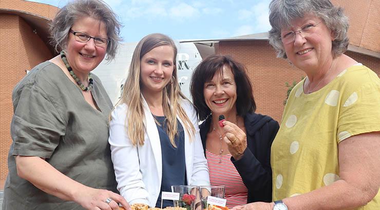 """Gästeführerin Sabine Hesse, Michelle Hillebrand von der Pro Herford sowie die Gästeführerinnen Mechthild Klein und Angelika Bielefeld präsentieren das neue Stadtführungsangebot """"Ein Häppchen Herford""""."""