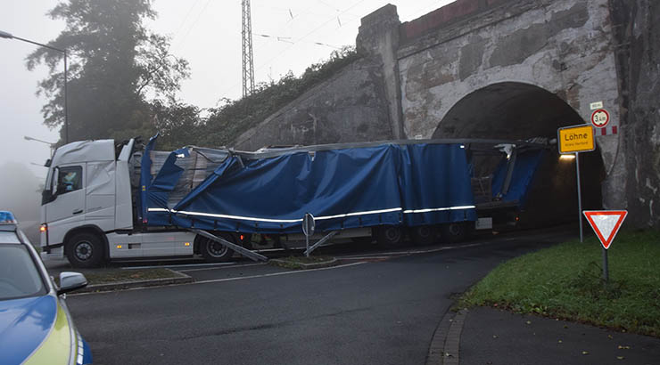 Großer LKW kollidiert mit Brücke