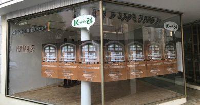 """""""Befreit"""" sind die Eisenfiguren aus dem Zellenhof und versetzt in den Kunstraum Kiosk24 in Herford, Radewiger Str. 24. Diese Aktion """"Schatten"""" gehört zur Arbeit von Susanne Albrecht und soll auch auf die Zellentrakt-Ausstellung hinweisen"""