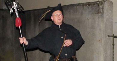 Ausgerüstet mit Laterne, Horn und Hellebarde gingen traditionell die Nachtwächter auf ihre nächtlichen Streifzüge. So auch der Bünder Friedrich Frentrup, wenn er mit seinen Begleitern durch die dunklen Gassen zieht.