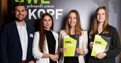 Herzlichen Glückwunsch! Bei der feierlichen Stipendienvergabe haben Noel Schäfer und Elisabeth Poschidajew den Studierenden Vanessa Böckmann und Alida Tiekötter (v.l.n.r.) persönlich gratuliert. Beide Studentinnen unterstützt die Sparkasse Herford mit einem Stipendium.