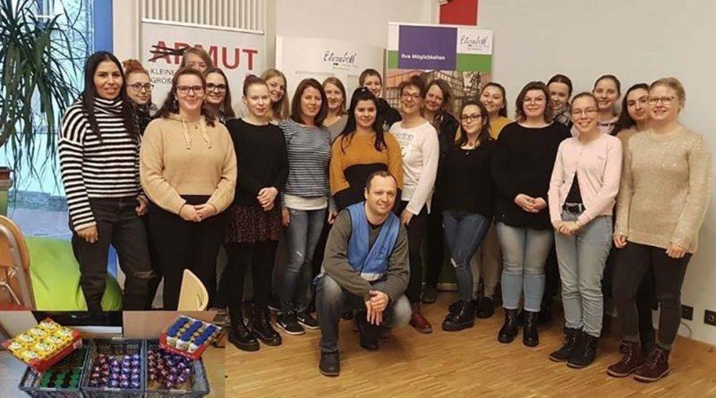Die Mittelstufe der Erzieherfachschule mit Branko Kreinz bei der Übergabe der Sachspenden (Foto: Dieter Klein)