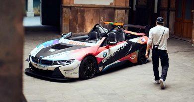"""Brooklyn Beckham im Interview: """"Als ich das BMW i8 Roadster Safety Car gesehen habe, begannen meine Augen zu leuchten"""".v"""