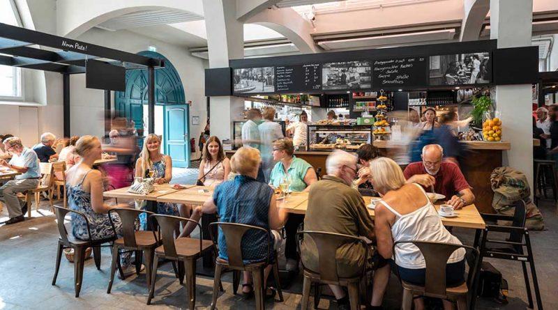 Im Gastro-Bereich der Herforder Markthalle wird zur Herforder Nacht am 14. März bei besonderen Speisen- und Getränkeangeboten gefeiert.