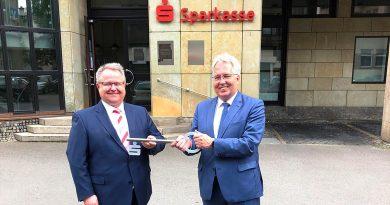 Foto Schlüsselübergabe: Sparkassenchef Peter Becker übergibt symbolisch den Schlüssel für das Sparkassengebäude an Landrat Jürgen Müller.