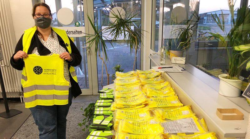Mehr zu Fuß, weniger mit dem Auto: Melanie Schneider verteilte am Montag einige Warnwesten am Straßenverkehrsamt in Kirchlengern.