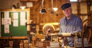 """Bild 3: Günther Wörmann vom Holzhandwerksmuseum Hiddenhausen freut sich über die Neuigkeiten im Projekt """"Handwerk trifft Kultur""""."""